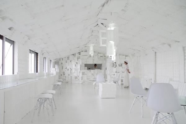 店内に入ると真っ白な空間が広がります。