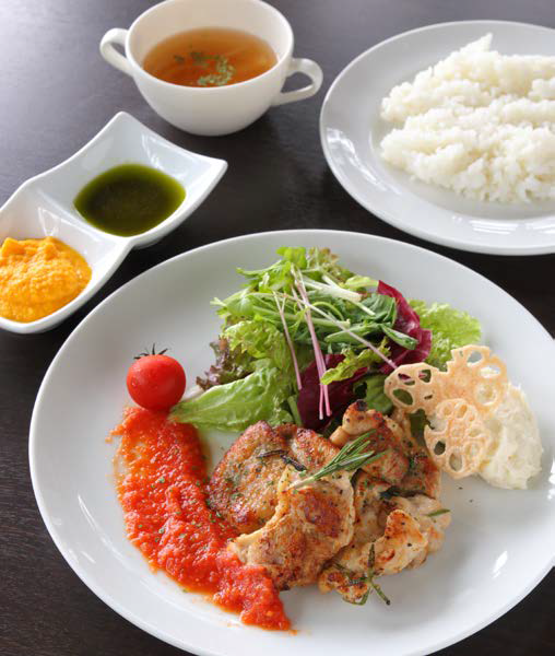 淡路鶏のハーブグリル~3色のソースと共に 1,350円(スープ・ライス付)