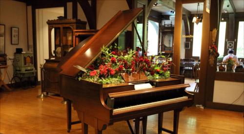 自動演奏ピアノを花器に見立てたフラワーアレンジメント(イメージ)